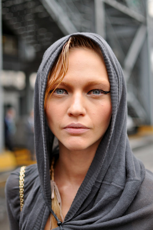 Sasha Pivovarova, Milan Fashion Week | Trendycrew :  sasha pivovarova eyeliner hood fashion week